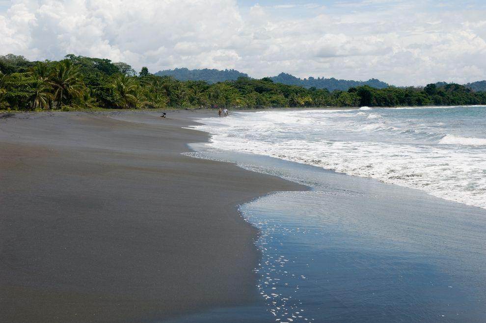 BlackSand14 15 невероятных пляжей с черным песком