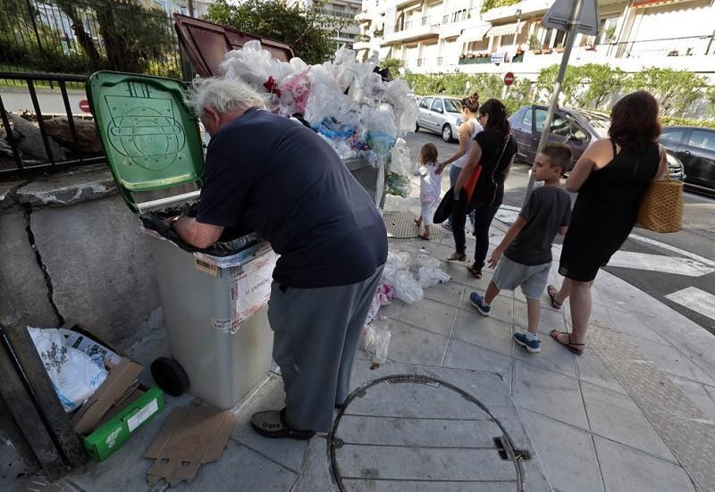 Французский пенсионер питается из мусорных контейнеров