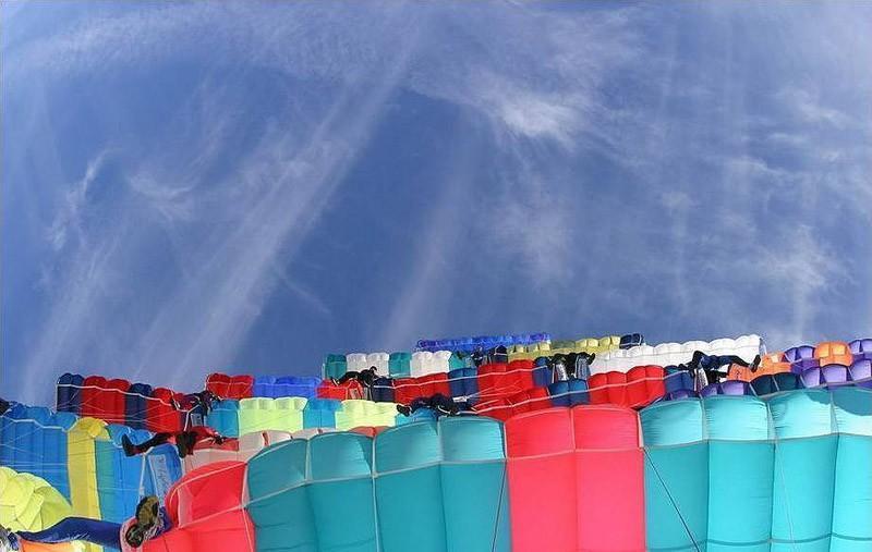 parachutes02 Самые впечатляющие фигуры парашютного спорта