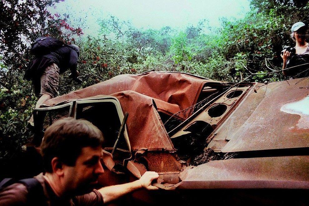 DeadMansCurve08 Раритетные автомобили на обрывах шоссе «Малхолланд Драйв»