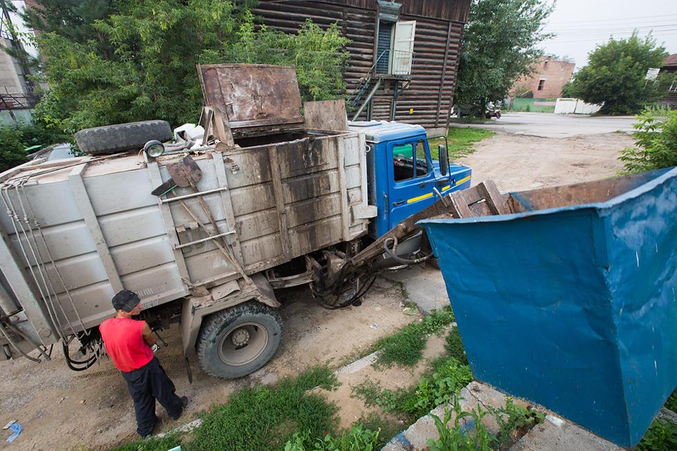 Контейнеров мусора входит в мусоровоз