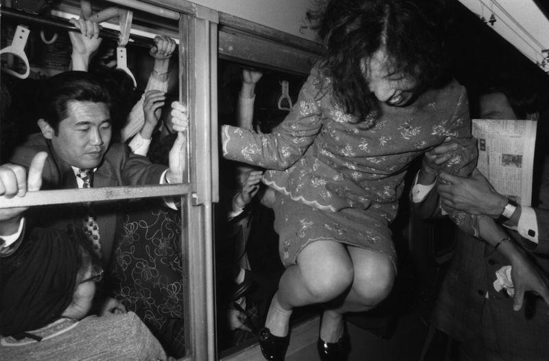 Что приходится терпеть пассажирам токийской подземки в часпик