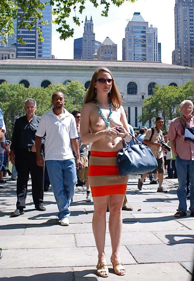 фото жена ходит полуголая по городу фото крупным