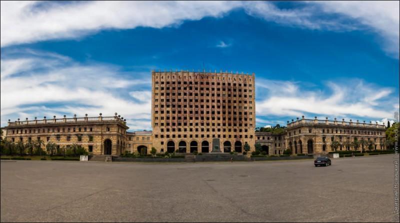 Заброшенные здания и разруха в Абхазии