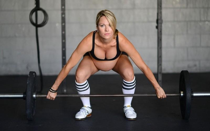 Pregnant weightlif 2678107k 800x499 Женщина на сносях занимается тяжелой атлетикой