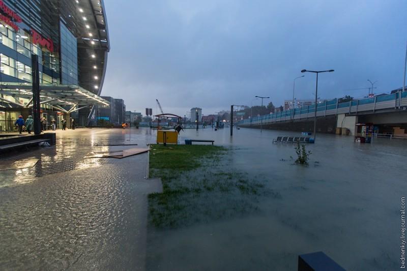 В Сочи произошло затопление участков федеральной трассы М‑27, развязок и площади ЖД станции Адлер