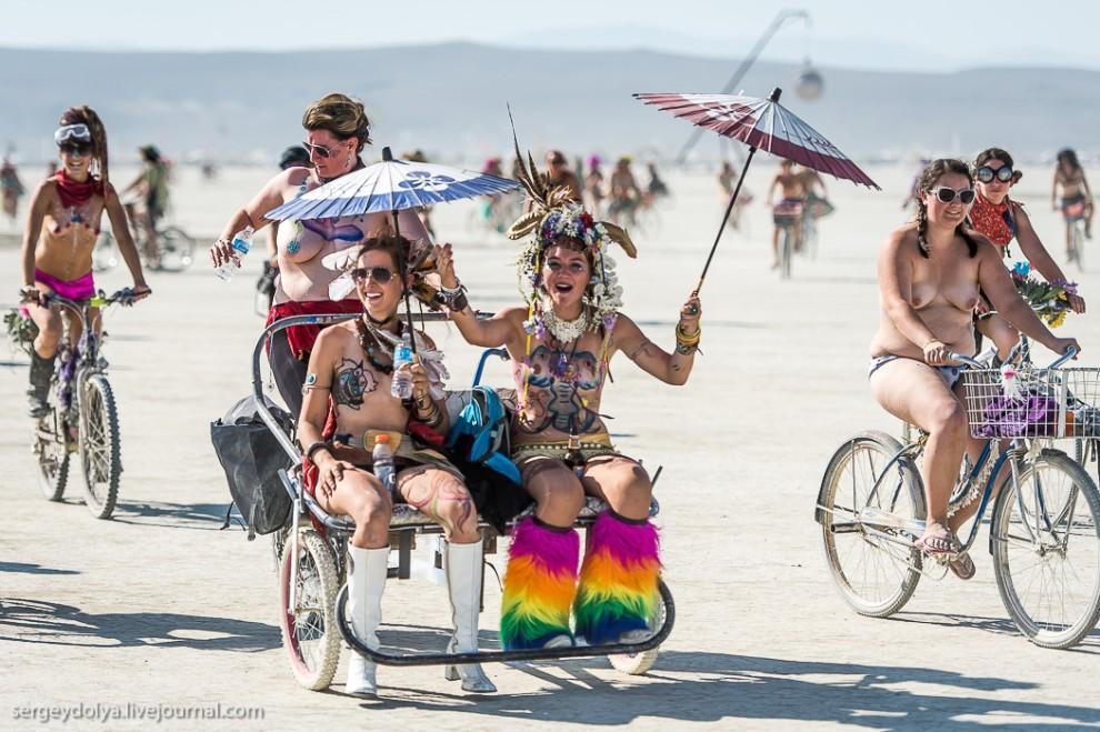 titsonburningman01 Burning Man 2013. 10 000 голых сисек в пустыне