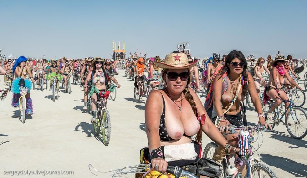 titsonburningman30 Burning Man 2013. 10 000 голых сисек в пустыне