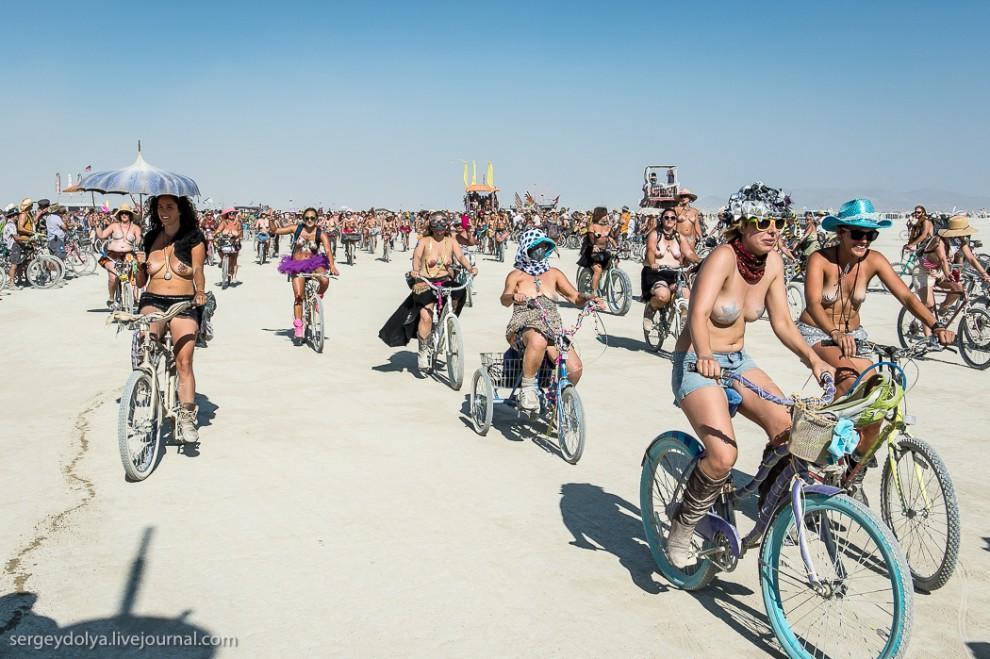 titsonburningman32 Burning Man 2013. 10 000 голых сисек в пустыне