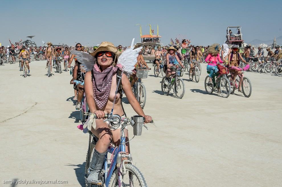 titsonburningman35 Burning Man 2013. 10 000 голых сисек в пустыне