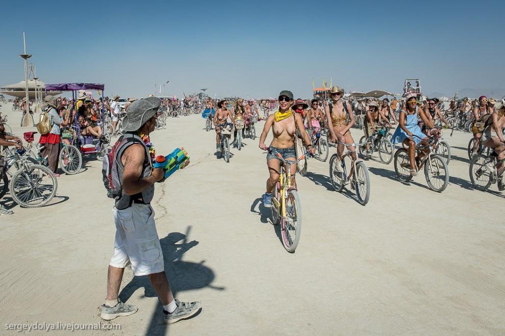 titsonburningman36 Burning Man 2013. 10 000 голых сисек в пустыне