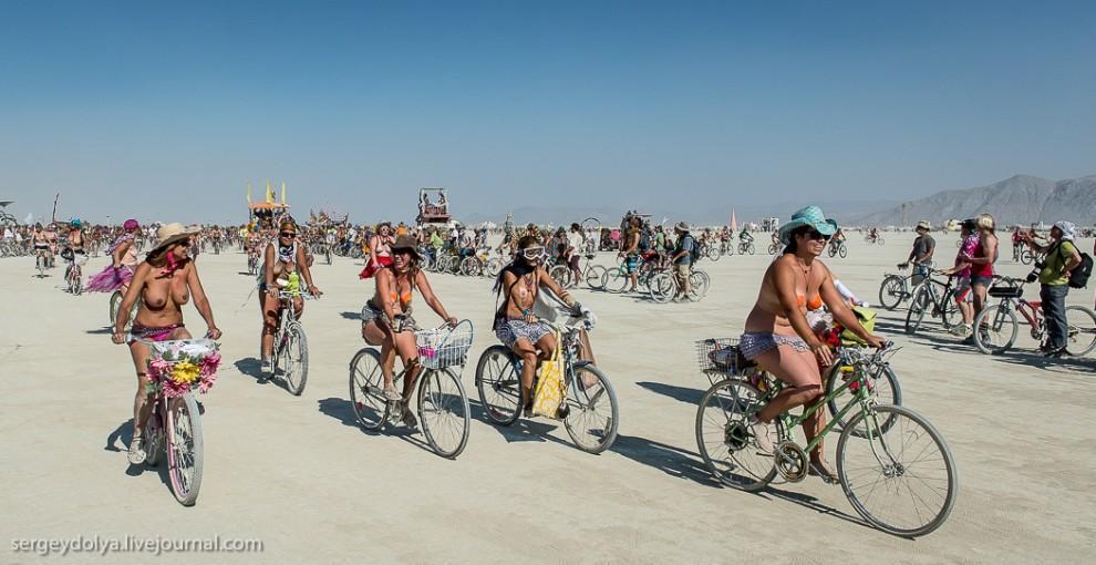 titsonburningman38 Burning Man 2013. 10 000 голых сисек в пустыне