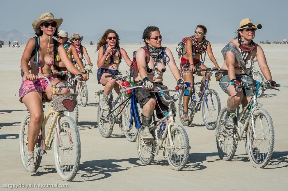 titsonburningman44 Burning Man 2013. 10 000 голых сисек в пустыне