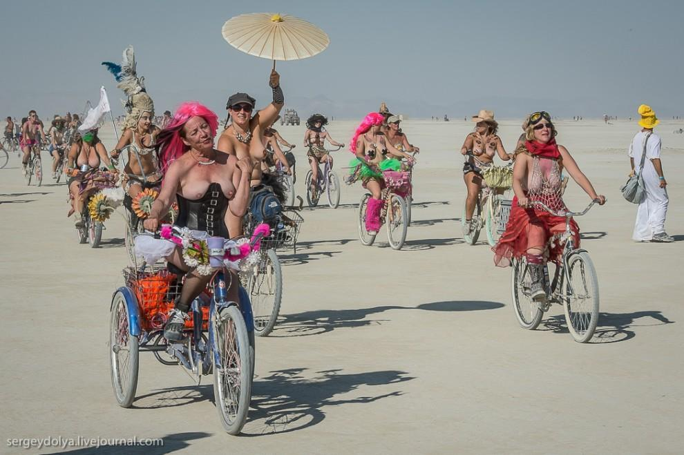 titsonburningman47 Burning Man 2013. 10 000 голых сисек в пустыне