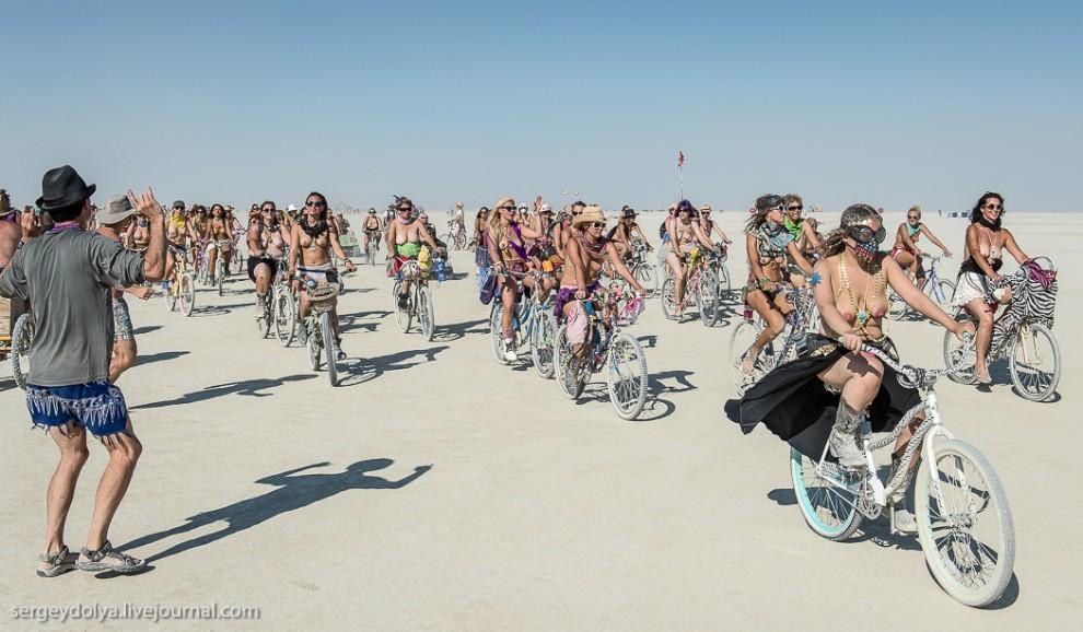 titsonburningman51 Burning Man 2013. 10 000 голых сисек в пустыне