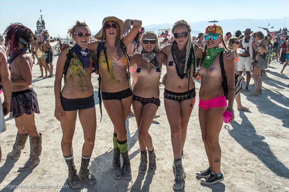 titsonburningman58 Burning Man 2013. 10 000 голых сисек в пустыне