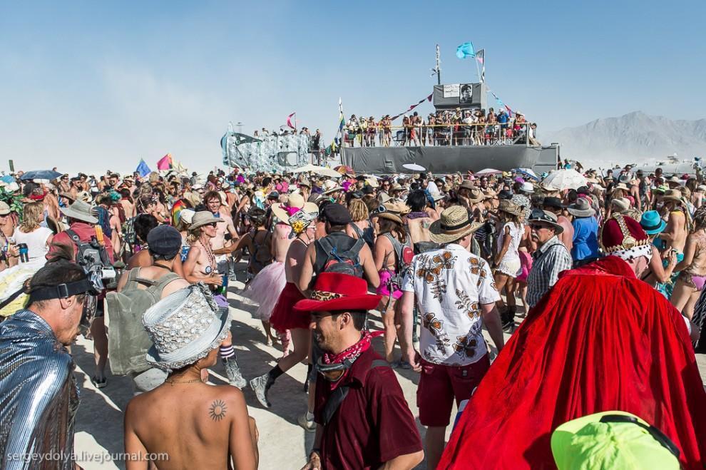 titsonburningman60 Burning Man 2013. 10 000 голых сисек в пустыне