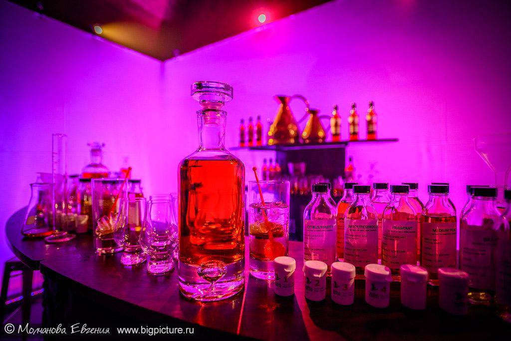 А вечером в клубе The Chapel гости мероприятия смогли смешать свой собственный виски из разных дистиллятов.