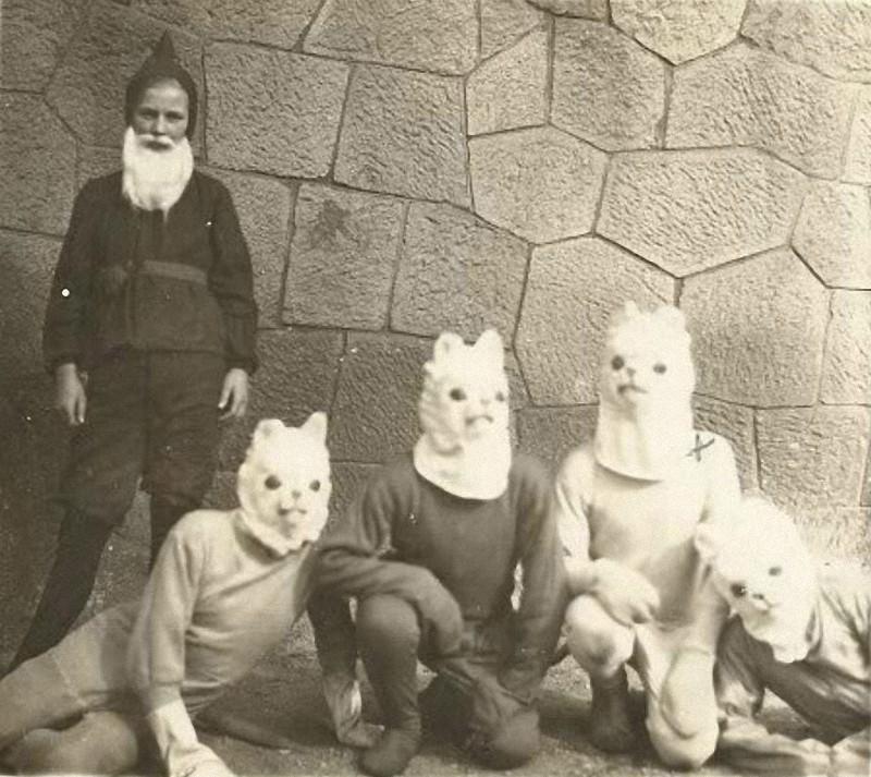 20 странных и нелепых костюмов на Хэллоуин со старых фотографий