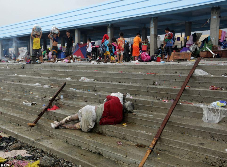 """9. Отметим, еще позавчера в Красном Кресте заявляли, что, согласно предварительным докладам от его сотрудников, работающих на месте катастрофы, число жертв тайфуна """"Хайян"""" только в прибрежном городе Таклобан составляет около 1 тысячи человек - примерно столько тел плавает на его улицах. Еще около 200 человек погибли в провинции Самар. Самар и Таклобан - это наиболее пострадавшие от тайфуна территории."""