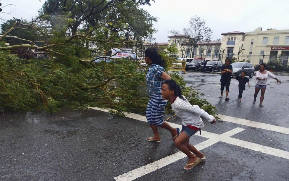 """7. Порывы ветра в центре циклона достигали 315-379 километров в час. Предыдущий ураган-""""рекордсмен"""" """"Камилла"""", обрушившийся на побережье США в 1969 году, имел скорость порядка 305 километров в час."""
