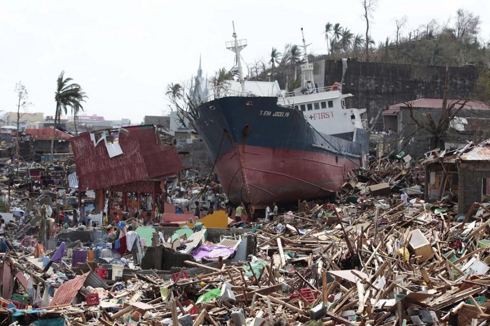 3. Полоса разрушений протянулась по центральной части Филиппин примерно на 600 км. В городах циклон разрушил до 80% построек, деревни оказались обесточены, дороги заблокированы поваленными деревьями.