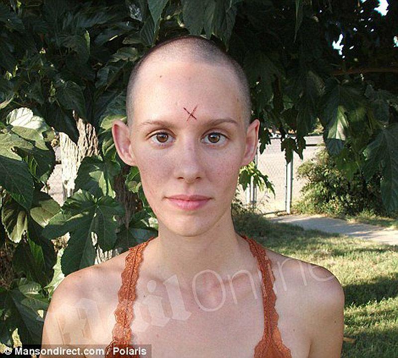 2. Эта девушка переехала поближе к тюрьме, в которой сидит Мэнсон, когда ей было 19 лет.