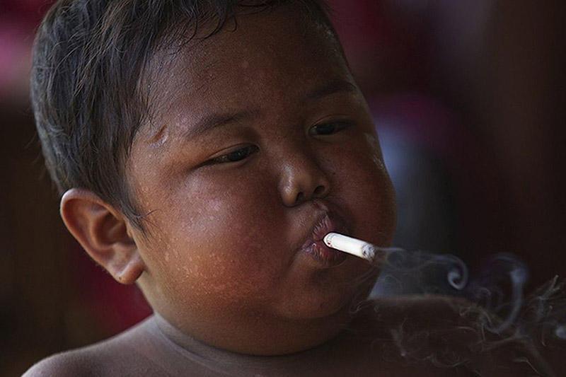 Toddler01 4 летний индонезиец бросил курить и начал обжираться