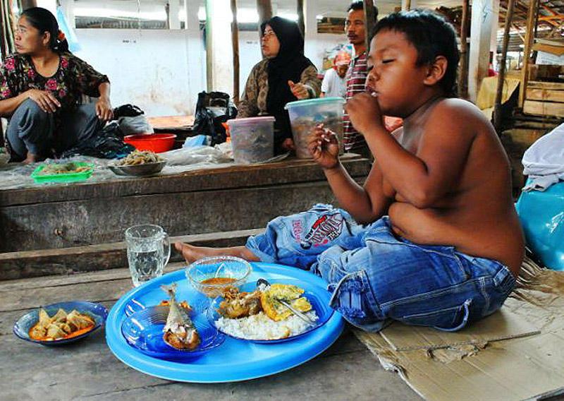 Toddler03 4 летний индонезиец бросил курить и начал обжираться