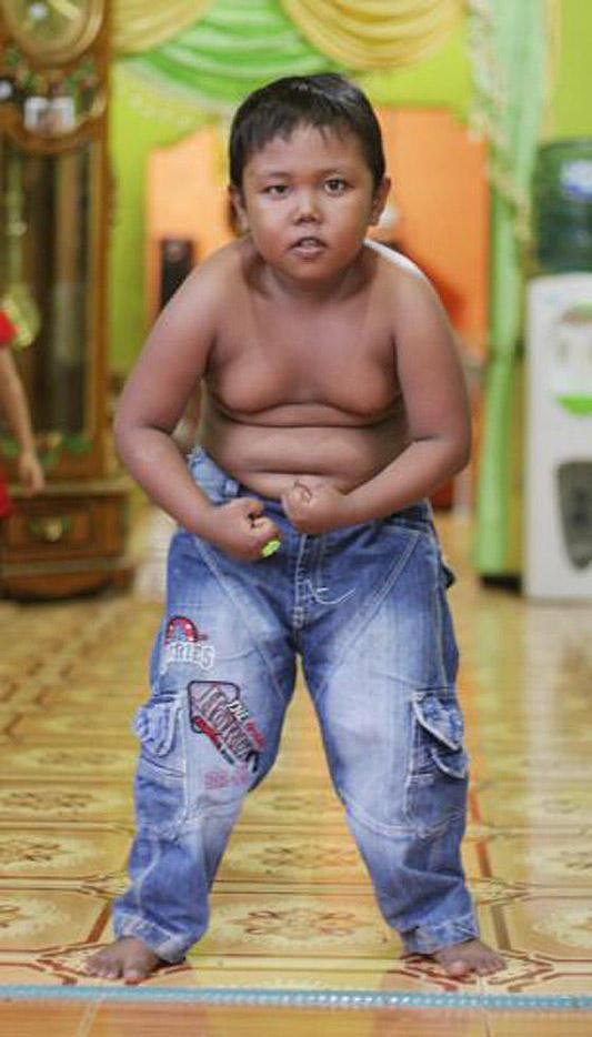 Toddler06 4 летний индонезиец бросил курить и начал обжираться