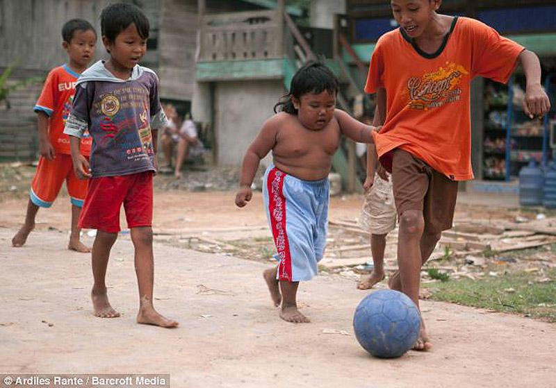 Toddler07 4 летний индонезиец бросил курить и начал обжираться