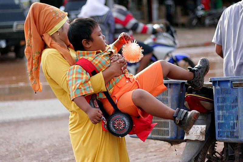 Toddler08 4 летний индонезиец бросил курить и начал обжираться