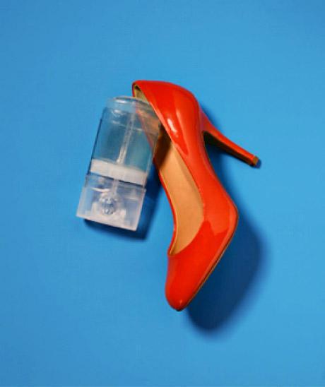 13. Если вы купили новые туфли и пытаетесь их разносить, от мозолей вас спасет обычный прозрачный гелевый дезодорант. Просто помажьте им туфли изнутри.