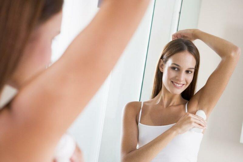 1. Шариковый дезодорант может стать основой для макияжа при жирной коже, поскольку выступает в качестве отличного матирующего средства на Т-зоне.