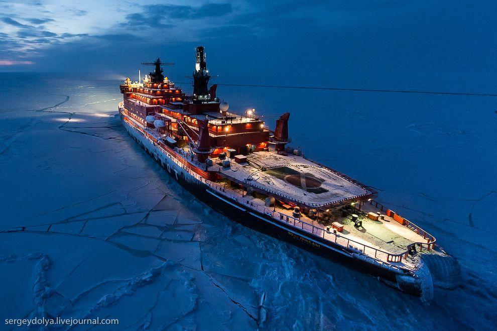 northpole01 Уникальные фотографии ледокола с воздуха на Полюсе в условиях полярной ночи