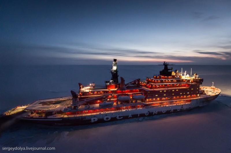 northpole14 800x532 Уникальные фотографии ледокола с воздуха на Полюсе в условиях полярной ночи