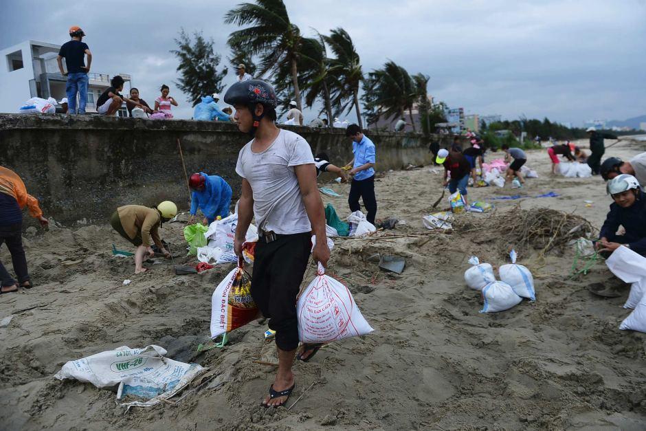 """8. """"Хайян"""" покинул Филиппины и вчера утром достиг северного побережья Вьетнама. Скорость ветра снизилась до 185 километров в час, однако власти республики решили перестраховаться и эвакуировали 500 тысяч человек из прибрежных районов."""