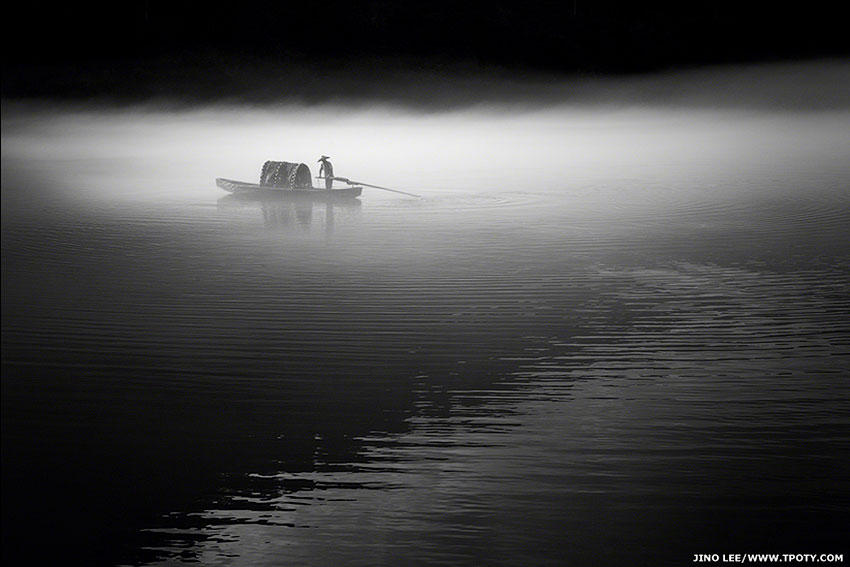 В секции портфолио категории одноцветных снимков награда досталась Джино Ли из Сингапура за серию фотографий рыбака на реке Дунцзян в Китае.