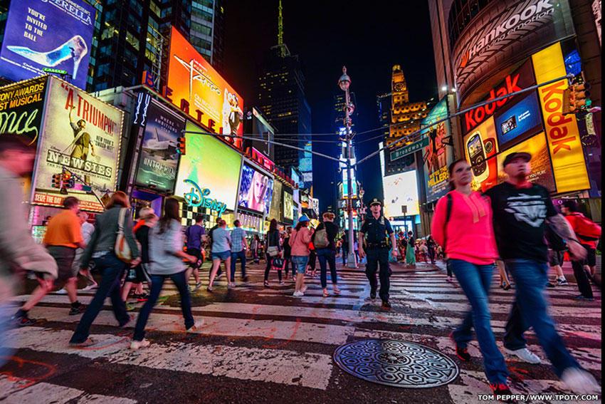 """Награду в категории """"Новый талант"""" получил британский студент Том Пеппер, за портфолио о том, каким может быть день обычного туриста в Нью-Йорке."""