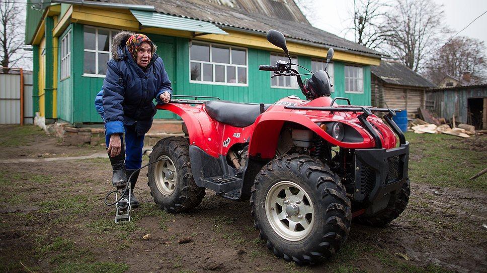 KMO 138930 00002 1 t218 202039 Бабушка с мотором