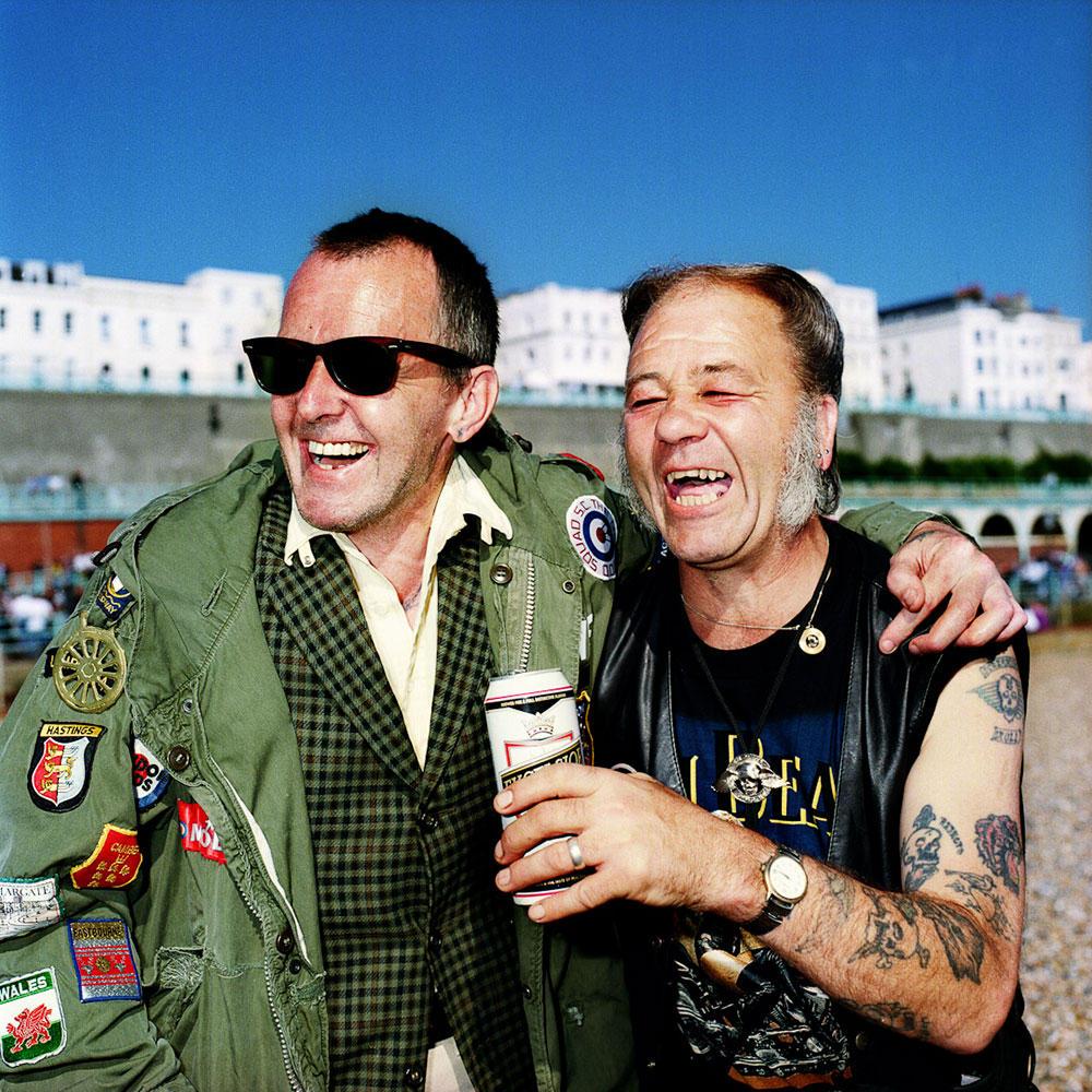 11. Рэй Кук и Стив Ховард. Моды и рокеры в прошлом сильно враждовали, а сейчас вместе пьют пиво.