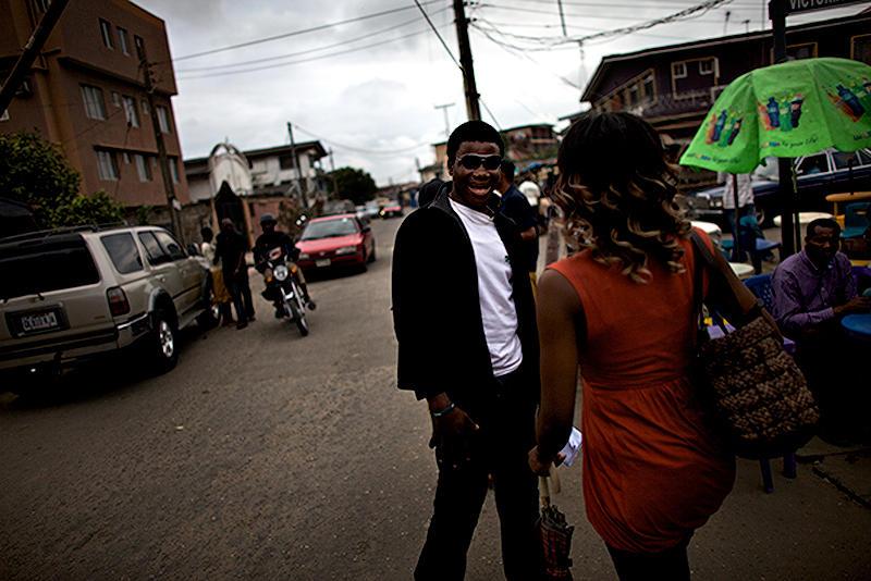 8. Актеры встречаются в Иннис – квартале, где зависают молодые артисты Нолливуда, чтобы укрепить связи и найти новые роли. Размах современной нигерийской киноиндустрии впечатляет -  только в Актерской гильдии Нигерии состоит 20 тысяч человек. (© Guy Calaf)