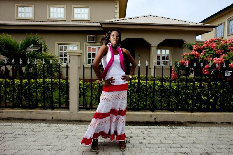 Нигерийская кинозвезда и сценарист Стефани Окереке, одна из первых начавшая сниматься в иностранных фильмах, возле своего дома