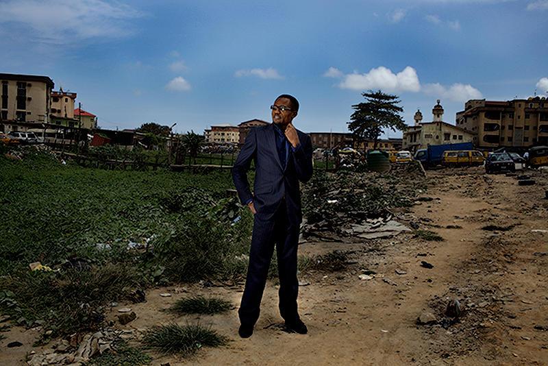 16. Лауреат Африканской кинопремии Дикон Ирогбу в Лагосе. Диксон готовится к довольно рискованному проекту под названием «Ребенок солдат», который он будет снимать в пяти африканских странах. Бюджет картины – 2 миллиона долларов США. Если картина будет успешной, он станет первым, кто снял столь успешный проект в истории киноиндустрии Нигерии. (© Guy Calaf)