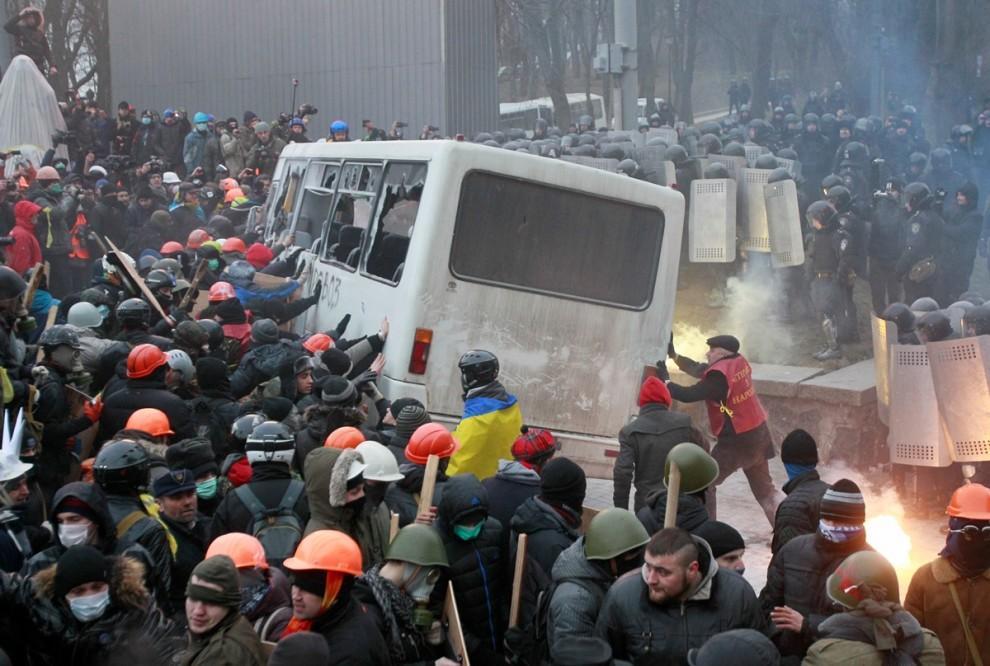 Позже митингующие сожгли два автобуса милиции с помощью зажигательной смеси . Со стороны людей звучали одобрительные возгласы .