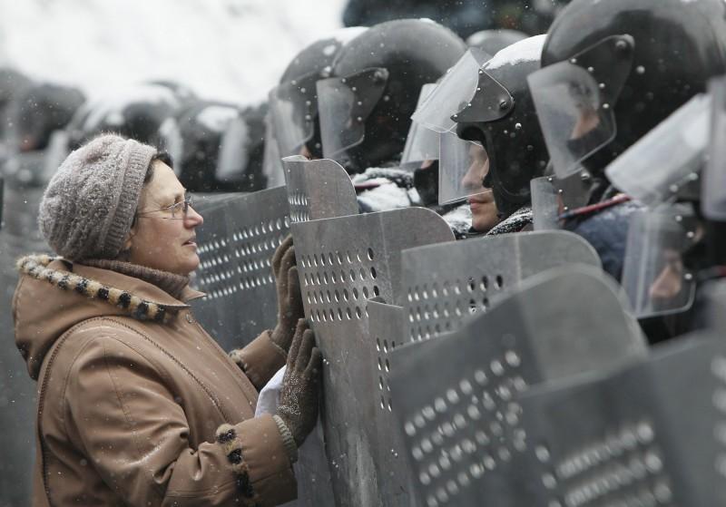 """30. """"Сынок..."""". Фото: Глеб Гаранич Майдан, Киев, 2014"""