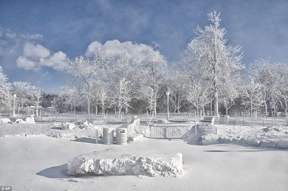 article 0 1A811A4400000578 197 964x640 10 завораживающих фото замерзшего Ниагарского водопада