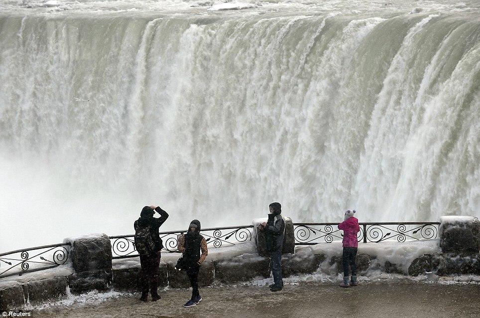 article 0 1A81297B00000578 60 964x640 10 завораживающих фото замерзшего Ниагарского водопада