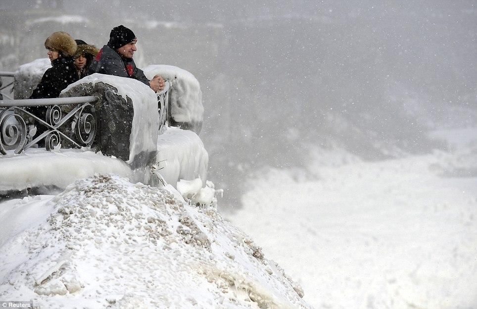 article 0 1A812C1700000578 893 964x624 10 завораживающих фото замерзшего Ниагарского водопада