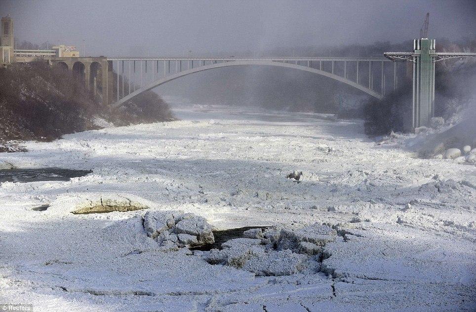 article 0 1A812EC800000578 13 964x633 10 завораживающих фото замерзшего Ниагарского водопада